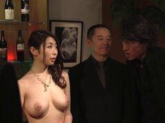 Subasta del esclavo de la esposa JAV Ayumi Shinoda CMNF ENF subtitulado. Esposa japonesa a tira desnuda y masturbarse frente a un grupo de mafioso, mientras su marido mira en estado de shock y trata de hacer una oferta le en una subasta de esclavos JAV en