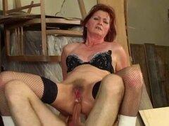Abuela pelirroja le encanta anal. Madre pelirroja en medias de red obtiene su culo jodido