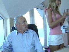 Viejo rico abuelo folla a su joven criada dummy