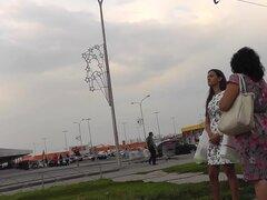 Real upskirt de la chica de pelo negro con piel bronceada, vista de coño impresionante upskirt de la impresionante novia todas en el video amateur al aire libre.