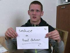 Él seduce a taxista en sexo gay