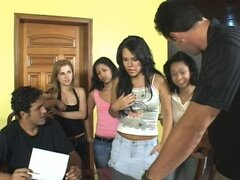 Cuatro chicas consiguen sus coños lamió y follada con condón