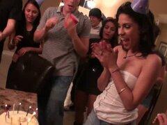 Una fiesta de cumpleaños se convierte en una fiesta de sexo caliente