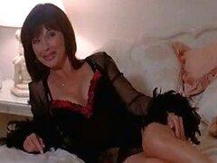 MILF seductora Celeb Janice Hamilton tendido en una cama en lencería Hot
