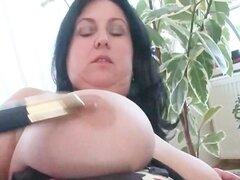 BBW madura tetona trata de juguetes sexuales en snatch peluda