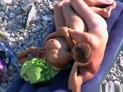 Hombre desnudo folla a su esposa gordita, hombre desnudo folla a su esposa desnuda tetona gordita por detrás en la playa rocosa.