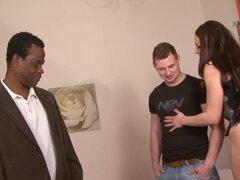 Esposa cachonda obtiene anal por hombre negro. Blanco esposa muestra su marido lo bueno que es ser sodomizado por la hung negro chico