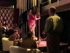 Caliente Brandin Rackley y Christine Nguyen trabajan calentando vergas en un strip club