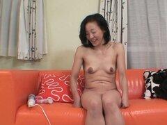 Fea pero cachonda abuela Aya Sakuma conseguir su coño mojado follada con un vibrador