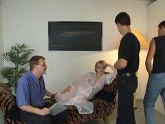 Esposa embarazada se siente caliente. Ama de casa embarazada sentirse caliente y consigue tres tíos para follar