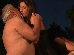 Viejo gordo papá 69 al aire libre follar con dos adolescentes hermosas tetonas