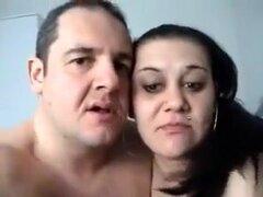 Madura pareja teniendo calientes Anal, esta pareja besa apasionadamente antes de pasar a la penetración. Él desliza su pene duro en su agujero de culo y ejercicios en estilo misionero.