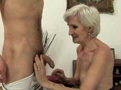 Madura abuela amateur chupando pollas luego obtiene su coño chupado