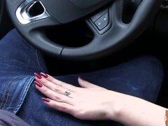 Una adolescente varada y encantadora Lea Guerlin follada dentro del coche. Una adolescente varada y encantadora Lea Guerlin follada dentro del coche