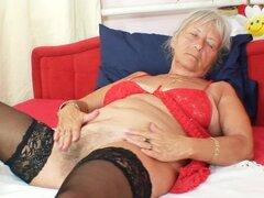 Abuela sexy en medias masturbandose su coño dulce