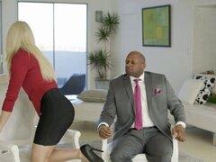 Culo de negocios rubia Anikka Albrite follada por BBC. Anikka es una mujer de negocios Rubio sexy que está buscando para conseguir un ascenso. Tiene una reunión con su jefe negro sexy Príncipe en su casa para discutir la posibilidad de una promoción. Anik