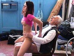 Adolescente caprichosa muy traviesa es castigada por la dura polla de su profesor