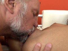 Flaco adolescente Jizzed por los ancianos Dick duro. Flaco adolescente Jizzed por los ancianos Dick duro después del sexo