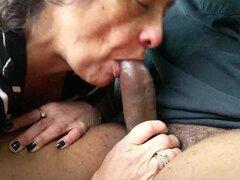 Abuela comer un enclave negro meatstick