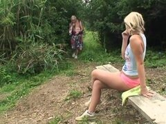 El abuelo consigue afortunado con una rubia en el parque público