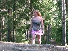 Chica meando en una falda corta de color rosa