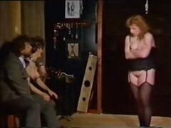 Madura rubia esclava tiras para ser dominado, madura esclava atados y utilizados por sus amos. Juegan con sus tetas y acariciar su cuerpo como una puta real sucia.