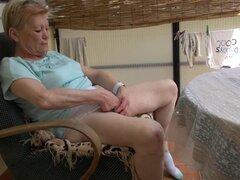 La abuela está sentado y masturbándose en un solo clip