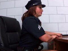 Caliente y decir: putas Strip Search. Ashley ha sido reservada, y oficial de Eva tiene que asegurarse de que ella es no ocultar nada debajo de su ropa antes de que se le mete en su uniforme de prisión. Pero Ashley no tiene problema rasgándose de su sujeta
