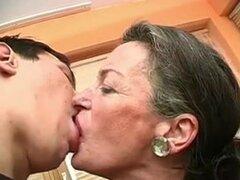 Kiss Me abuela. La abuela le encanta besar, entonces ella quiere sexo