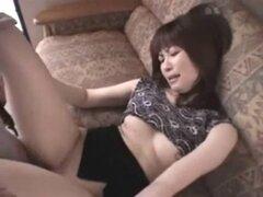La mujer japonesa levanta su falda corta. Japonesa esposa levanta su falda corta