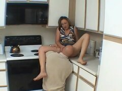 Esposa amateur chupa y folla en su cocina, una ama de casa cachonda amateur caseras la acción del hardcore en su cocina! Coño lamer, mamada, follada y facial corridas