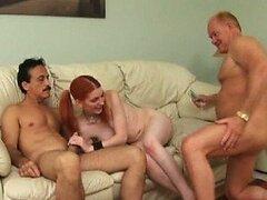 Teen pelirroja glassed cobra para tener un trío con dos hombres viejos