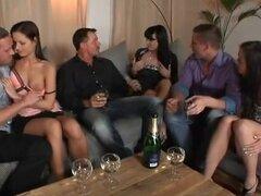 Tina R hace mamada sexy gangbang dp gratis que video, Tina, una mujer cachonda, le encanta tener sexo en grupo y en este video que los chicos deciden darle una sesión de dp gangbang orgía.