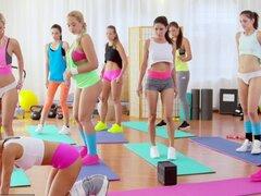 Lesbianas de tetas grandes habitaciones fitness tienen trío desenfrenado gimnasio