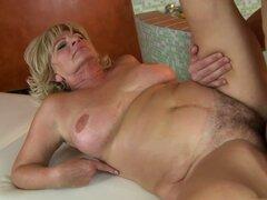 mujer madura obtiene semen en sus tetas