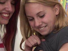Compañeros de cuarto coed College tienen una conexión de lesbianas al rojo vivo - Sherry F, Jessica O