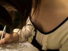 Pequeñas tetas japonesas en la escena del downblouse voyeur