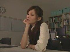OL estilo, Sexy empleado Ameri Ichinose interpreta a una señora de la oficina americana (OL) que se emplea para proporcionar servicios sexuales a otros empleados de oficina. Vestida con una mini falda y equipo de oficina señora, Ameri obtiene golpeó en la