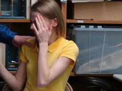 El llanto adolescente ruso penal castigar follada por un policía. Llorando rusa rubia adolescente criminal Catarina Petrov con tetas pequeñas tira buscado y castigar follada por un corrupto LP oficial después del interrogatorio