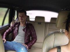 Tetona euro taxista flequillo cliente masculino en público