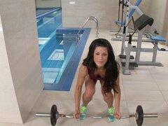 Chica fitness hermosa folla a un tio pollón después de un entrenamiento - Alexa Tomas