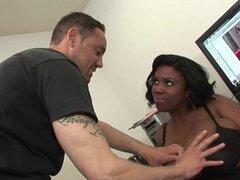 Busty chick negro consiguió sus tetas cubiertas. Ella es una chica negra caliente que sus tetas cubiertas después del sexo