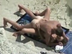 Maduras playa Fuck película escena de pareja capturados en cámara Voyeur, maduras playa follar clip en par de garb de la naturaleza captado por la cámara de voyeur.
