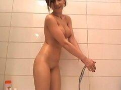 Duchas de morenas tetonas perfecta delante de una webcam. Irresistible morena tetona toma una ducha frente a su webcam ion este video de tetas grandes y se ve muy caliente.