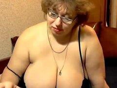 Abuela con tetas enormes masturbandose