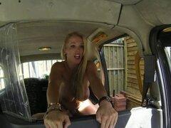 Tetona taxi británico amateur chupando después del sexo