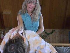 StraponPower película: Nora y Morris A. Nora es una puta cachonda señora que ella tiene eso libido y pobre Connor está en su menú de hoy. Ella quiere agarre el culo caliente y el tio y eso significa que ella va a follar ese culo suyo si quiere o no. Lo co