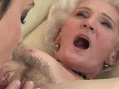 Abuela y jovencita lame