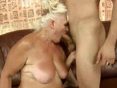 Rubia abuela Judi chupa una polla y goza de sexo multiposicion