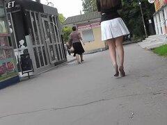 Coqueta de joven fue filmada en la camara oculta upskirt, Upskirt tubo presenta otro video voyeur gran de sexy chick con delicioso culo flaco bajo falda blanca.